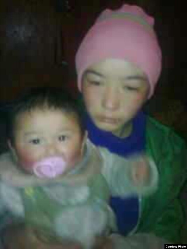The wife and 10-month-old child of Kunchok Kyab, 23, who self-immolated in Tibet, Tuesday, Jan. 22, 2013. (VOA Tibetan Service)