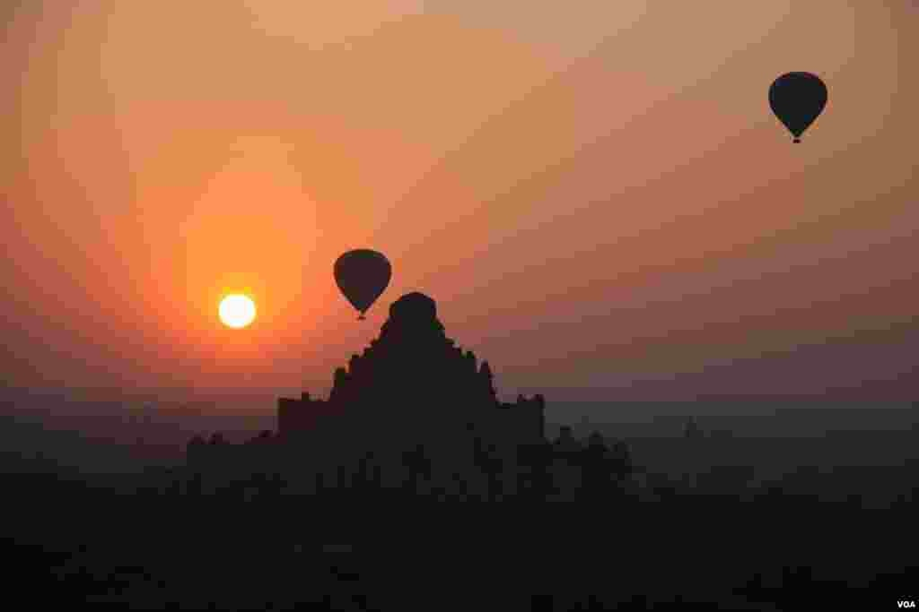 Hot air balloons carry tourists over Bagan's temples and shrines. (D. Schearf/VOA)