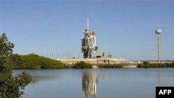 Phi thuyền con thoi Endeavour trên giàn phóng tại Trung tâm Không gian Kennedy ở Cape Canaveral, bang Florida