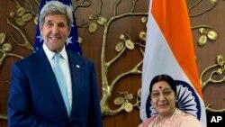 印度外交部長斯瓦拉吉(左)在新德里與美國國務卿克里。