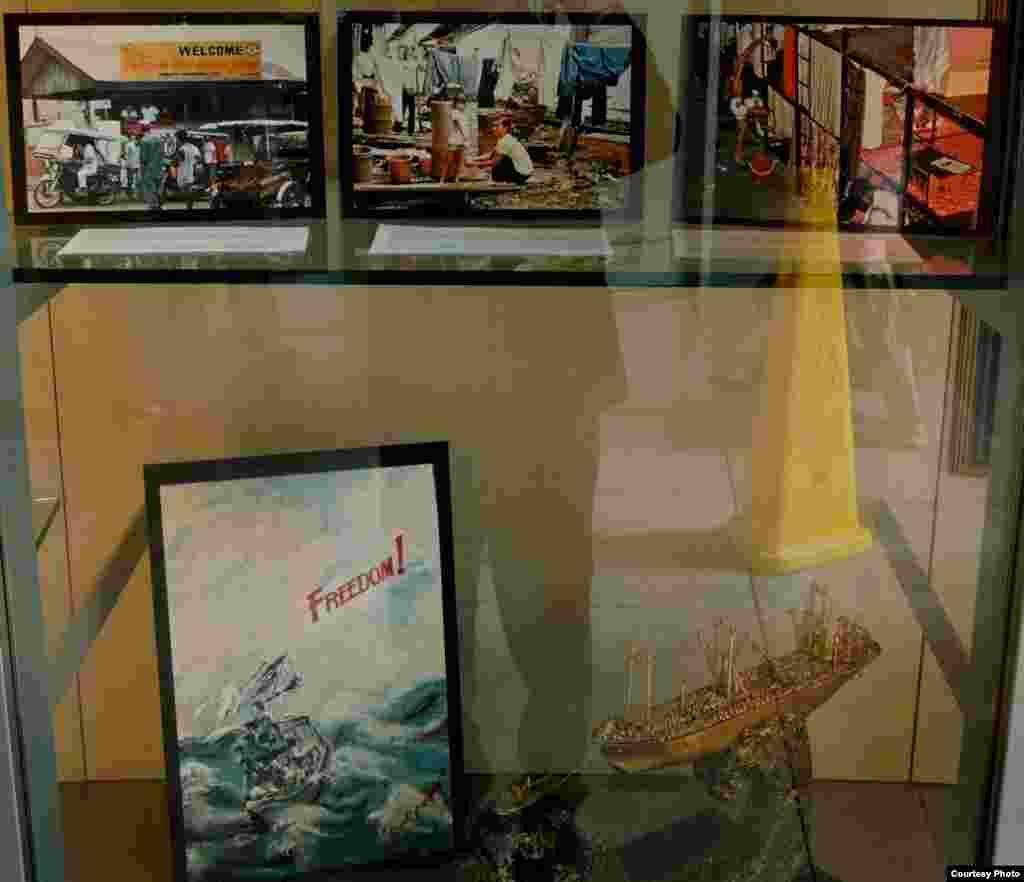 Hình ảnh đời sống thuyền nhân trong các trại tị nạn Đông Nam Á trưng bày tại thư viện San Francisco (ảnh Bùi Văn Phú)