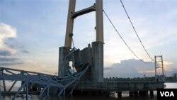 Jembatan Kutai Kertanegara di Kalimantan Timur yang ambruk (foto: dok). Permasalahan infrastruktur menjadi salah satu hambatan utama pertumbuhan ekonomi Indonesia.