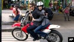 """Rachel Weisz (kanan) dan Jeremy Renner dalam adegan film """"The Bourne Legacy."""" (Foto: AP/Universal Pictures)"""