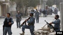 Polisi Afghanistan berjaga-jaga di lokasi terjadinya serangan bunuh diri oleh militan di ibukota Kabul. Militan Taliban melakukan penyerbuan di distrik pemerintah dan markas NATO di ibukota Kabul, Rabu (14/9).