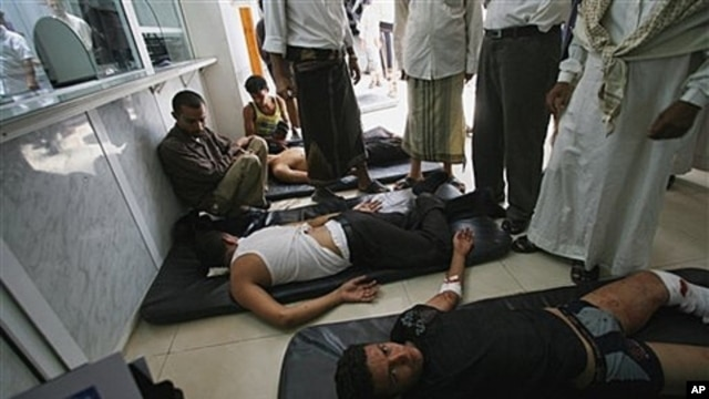 Yemeni doctors tend to anti-government protestors in Taiz, Sept. 15, 2011.