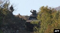 Vojnici KFOR-a patroliraju duz alternativnog puta koji se nalazi neposredno iznad administrativnog prelaza Jarinje.