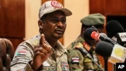 Le général Mohamed Hamdan Dagalo, chef adjoint du conseil militaire, lors d'une conférence de presse à Khartoum, au Soudan, le 30 avril 2019.