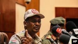 Le général Mohamed Hamdan Dagalo, le numéro deux du chef du Conseil militaire s'exprime dans une conférence à Khartoum, Soudan, mardi, le 30 avril 2019.