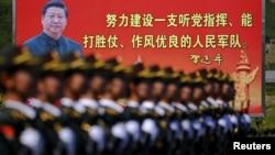 Kineski vojnici pred slikom predsednika Ši Đinpinga