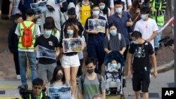11월 23일 최루탄 사용 반대 집회에 참가한 시민들이 거리를 행진하고 있다.