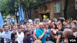 Vojislav Šešelj, lider radikala, obraća se pristalicama dok ih policija sprečava da dođu do festivala Mirdita - dobar dan
