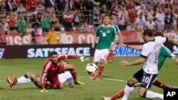 Tiền đạo kỳ cựu Landon Donovan ghi bàn cho tuyển Mỹ trong trận gặp Mexico trên sân Columbus, Ohio, ngày 10/9/2013. Mỹ hạ Mexico 2-0, đoạt vé vào World Cup 2014.
