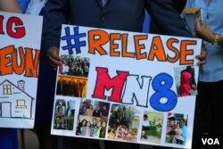 """រូបឯកសារ៖ """"Release MN8"""" ឬបកប្រែជាភាសាខ្មែរថា «ដោះលែង បុរស៨នាក់នៅ Minnesota» គឺជាសកម្មជនមួយក្រុមនៅរដ្ឋ Minnesota ដែលបានរួបរួមគ្នាកាលពីខែសីហា ឆ្នាំ២០១៦ ដើម្បីតវ៉ាឲ្យមានការដោះលែងបុរសខ្មែរ៨នាក់ ដែលត្រូវបានចាប់ឃុំខ្លួន ដើម្បីបញ្ជូនទៅប្រទេសកម្ពុជា ដោយសារតែឧក្រិដ្ឋកម្មដែលពួកគេបានប្រព្រឹត្តកាលពីអតីតកាល ហើយបានជាប់ទោសរួចរាល់ហើយ។ បុរសប្រាំនាក់ ត្រូវបានបញ្ជូនទៅប្រទេសកម្ពុជាកាលពីខែឧសភាកន្លងទៅនេះ។ (ទែន សុខស្រីនិត/VOA)"""