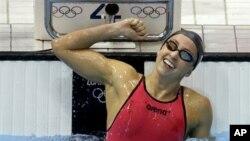 Perenang AS Rebecca Soni tersenyum gembira setelah memenangkan pertandingan final nomor 200 meter gaya dada puteri (2/8).