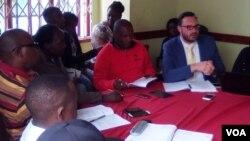 Bahlolisisa uhlelo lweOperation Fiela olwesatshwa ngabantu bokuza.