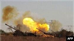Chiến binh cách mạng từ mạn tây thị trấn Sirte bắn đại pháo về hướng lực lượng của ông Gadhafi