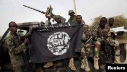 Sojojin Najeriya rike da tutar 'yan Boko Haram da suka kwato