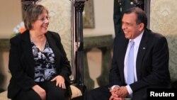 La embadora de Estados Unidos en Honduras, Lisa Kibiske conversa con el presidente Porfirio Lobo, en Tegucigalpa.
