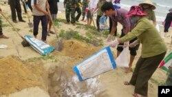 Người dân tiêu hủy cá chết ở tỉnh Quảng Bình, ngày 28/4/2016.