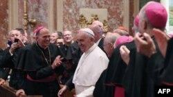 Le pape François entouré d'évêques américains lors d'une prière à la chapelle du Saint-Sacrement, en la cathédrale de Saint-Matthieu, à Washington DC, 23 septembre 2015. AFP PHOTO / POOL / MARK WILSON