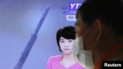 جنوبی کوریا میں ایک شخص میزائل تجربے کی خبر ٹی وی پر دیکھ رہا ہے