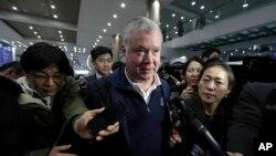 지난 3일 한국 인천공항에 도착한 스티븐 비건 대북정책 특별대표가 취재진에 둘려싸여 질문을 받고 있다.