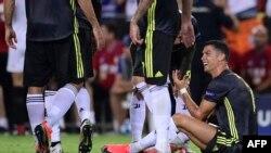 Reaksi Cristiano Ronaldo, penyerang Juventus, setelah diganjar kartu merah dalam laga penyisihan grup H Liga Champion UEFA antara Valencia dan Juventus di Stadion Mestalla, Valencia, 19 September 2018.