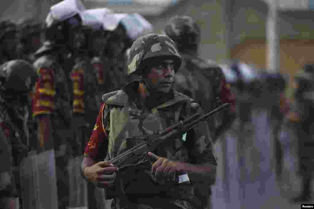 3일 이집트 군대가 무르시 대통령에 반대하는 시위대 앞에 진을 치고 있다.