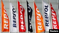 Cờ công ty Repsol tại Madrid, Tây Ban Nha.