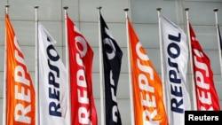 Mặc dù Việt Nam im lặng trước các thông tin cho rằng họ phải ngừng khoan dầu với Repsol trên biển Đông vì sức ép của Trung Quốc nhưng tập đoàn dầu khí Tây Ban Nha này tuần trước khẳng định các hoạt động khoan dầu cho Việt Nam ở lô có tranh chấp với Trung Quốc đã tạm ngừng.