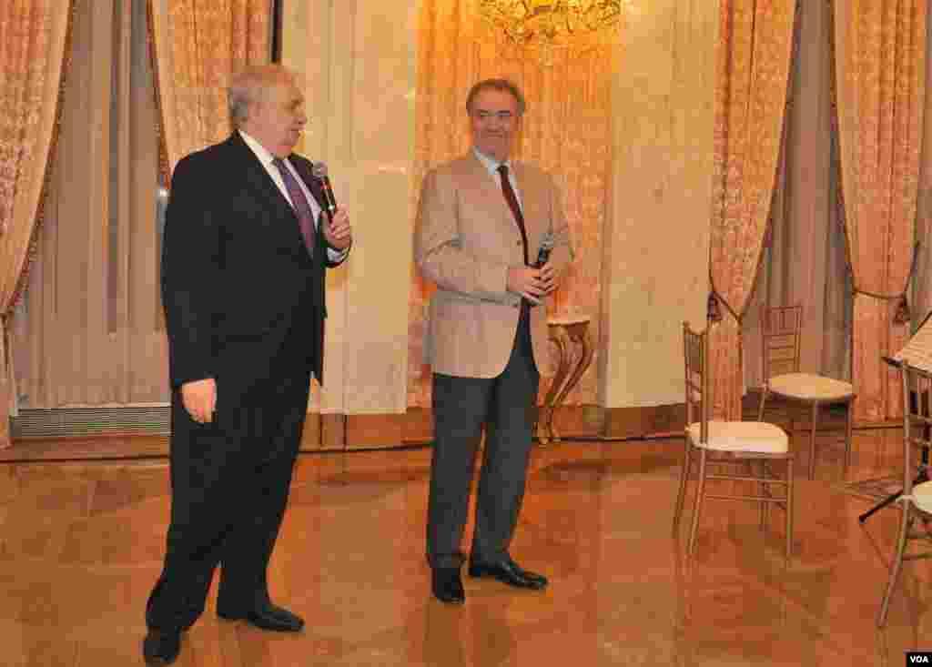 Дирижер Валерий Гергиев и посол России Сергей Кисляк выступают с приветствиями