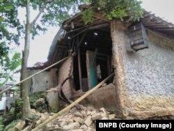 Foto dirilis Badan Nasional Penanggulangan Bencana (BNPB) memperlihat rumah-rumah warga di Provinsi Banten dan Jawa Barat yang rusak akibat gempa 6,1 SR, Selasa 23 Januari 2018.(Courtesy Photo:BNPB)