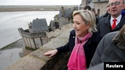 Marine Le Pen, kandida pou pòs prezidan an Frans 2017 pandan li tap vizite montay Saint Michel, Frans, 27 fevriye 2017. Foto: REUTERS/Stephane Mahe.