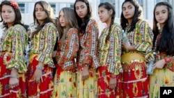 Gadis-gadis Gipsi dalam pakaian tradisional mereka. Dikenal dengan banyak nama: Gipsi, Pengelana, dan Roma, Roma adalah salah satu kelompok etnis yang paling banyak tersebar di dunia dan paling sedikit dipahami (foto: Dok).