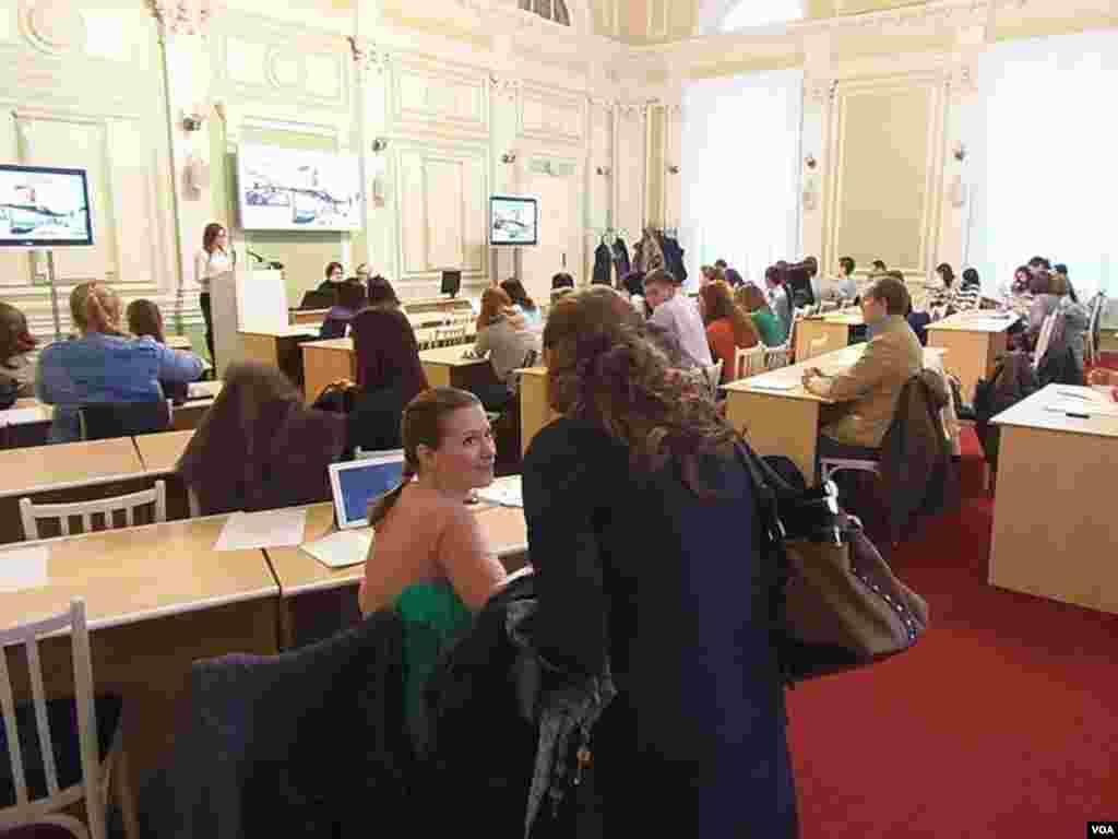 托木斯克国立大学同孔子学院联合举办的有关俄中旅游,文化,教育的国际青年讨论会。2013年11月25日。(美国之音白桦拍摄)