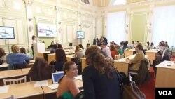 俄罗斯托木斯克国立大学同孔子学院联合举办的有关俄中旅游,文化,教育的国际青年讨论会。中俄增强文化关系(2013年11月25日,美国之音白桦拍摄)
