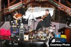 Những nghệ sĩ violin tham gia biểu diễn trên du thuyền