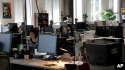 Para pegawai kantor Facebook di Menlo Park, California. (Foto: Dok)