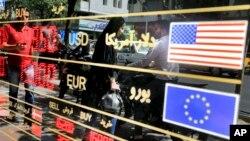 تہران کی ایک کرنسی ایکسچینج پر مختلف کرنسیوں کا ریٹ آویزاں ہے۔