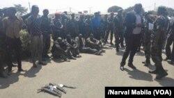 Le Gouverneur Célestin Mpande Kapopo présente un groupe de 38 présumés bandits armés à Lubumbashi, RDC, 7 septembre 2017. (VOA/Narval Mabila)