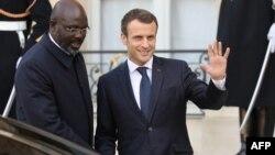 Le président libérien George Weah et le président français Emmanuel Macron, quittent l'Elysée après un déjeuner à Paris, le 21 février 2018.