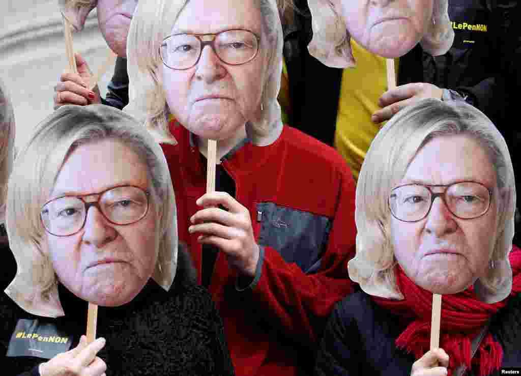 សកម្មជនពាក់របាំងមុខជាលោក Jean-Marie Le Pen ស្ថាបនិកគណបក្សស្តាំនិយមរបស់បារាំងដោយពាក់សក់កូនស្រីរបស់លោកគឺអ្នកស្រី Marine Le Pen បេក្ខជនរបស់គណបក្សស្តាំនិយមសម្រាប់ការបោះឆ្នោតជ្រើសតាំងប្រធានាធិបតី២០១៧។