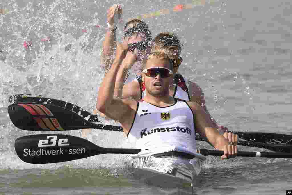 گروهی از ورزشکاران آلمانی پیروزی خود را در مسابقات قایقرانی جهانی در مجارستان جشن گرفته اند.