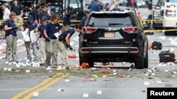Para penyelidik FBI mengumpulkan barang bukti di lokasi ledakan di kawasan Chelsea, Manhattan, New York hari Minggu (18/9).