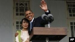 აშშ-ს პრეზიდენტი, ბარაკ ობამა და ბირმის ოპოზიციის ლიდერი, აუნ სან სუ ჩი მედიასთან გამართული შეხვედრის შემდეგ. 19 ოქტომბერი, 2012 წ.