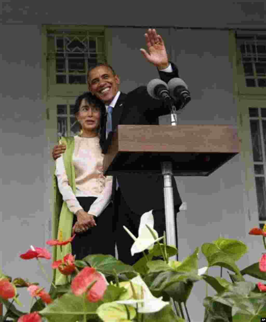 19일 버마 양곤 시에서 기자회견 후, 버마의 민주화 운동가 아웅산 수치 여사(왼쪽)와 포옹하는 바락 오바마 미 대통령.