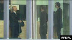 Rustem Mustafa sa svojim pravnim timom u zgradi Specijalnog suda u Hagu