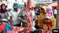 Harga daging sapi terus melonjak di berbagai kota di Indonesia akibat langkanya stok daging sapi di tingkat produsen (foto: dok).