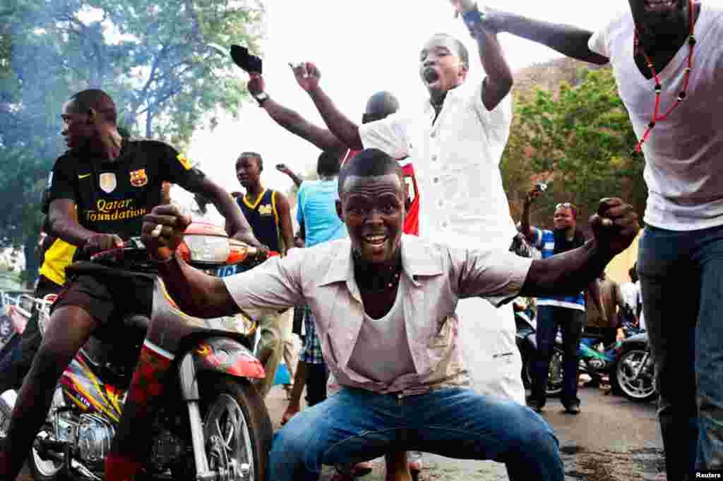 Des Maliens de Bamako exprimant leur soutien au coup d'Etat