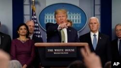 特朗普总统星期二在白宫新冠病毒工作组举行的新闻发布会上讲话。(美联社照片)